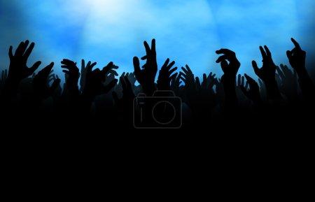 Photo pour Silhouette d'une foule aux mains levées, soit lors d'un concert, soit sur la piste de danse d'un club . - image libre de droit