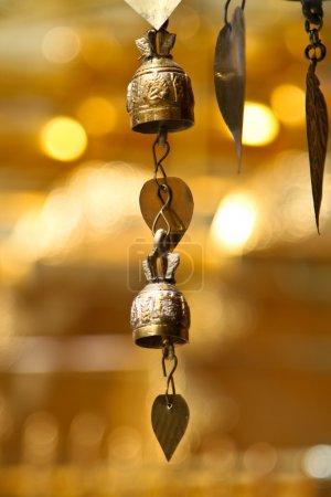 Photo pour Deux cloches asiatiques de tradition dans le temple bouddhiste à chiang mai, Thaïlande. - image libre de droit