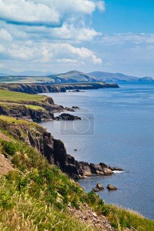 Photo pour Paysage estival sur la côte de la péninsule de Dingle, comté de Kerry, Irlande . - image libre de droit