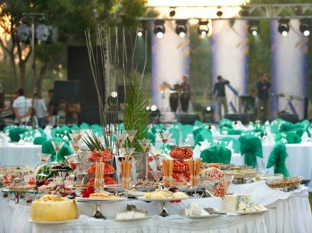 Photo pour Couverts de table pour une table de buffet au festival - image libre de droit
