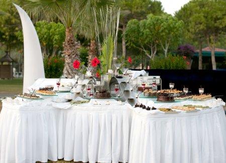 Photo pour Sweet table pour la table de buffet au festival - image libre de droit