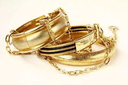 Foto de Cadenas, pulseras y joyas de oro - Imagen libre de derechos