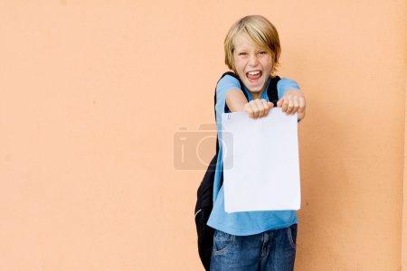 Foto de Estudiante mostrando informe escolar con pase o noticias - Imagen libre de derechos