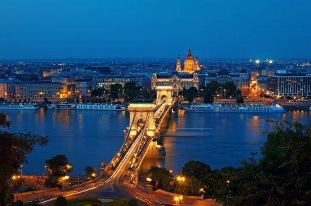 Photo pour Vue du pont des Chaînes et de la basilique Saint-Étienne la nuit . - image libre de droit