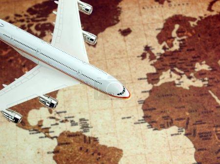 Photo pour Avion survolant la carte du monde - image libre de droit
