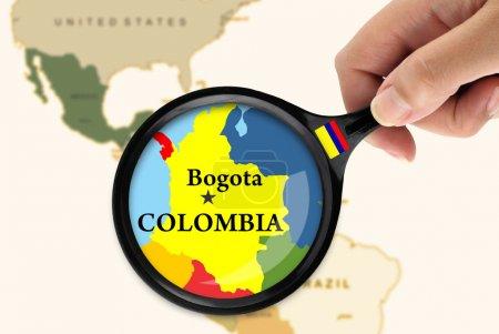 Photo pour Magnifier le verre sur une carte de Colombie - image libre de droit