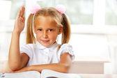 デスクで学校で若い女の子の肖像画