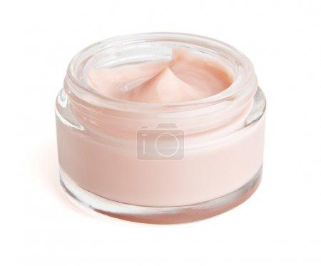 Photo pour Crème hydratante pour le visage sur blanc. Le fichier comprend un chemin de coupure afin qu'il soit facile de travailler avec . - image libre de droit