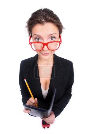 Photo pour Une photo d'une jeune secrétaire drôle prenant des notes sur fond blanc - image libre de droit