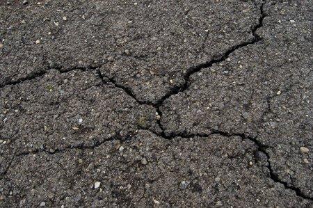 Photo pour Route fissurée asphalte gros plan - image libre de droit