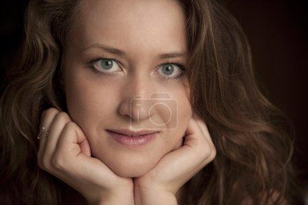 Photo pour Intéressant de jolie fille aux cheveux noirs - image libre de droit