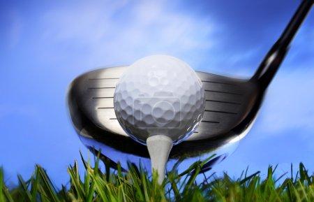 Photo pour Club de golf et balle dans l'herbe - image libre de droit