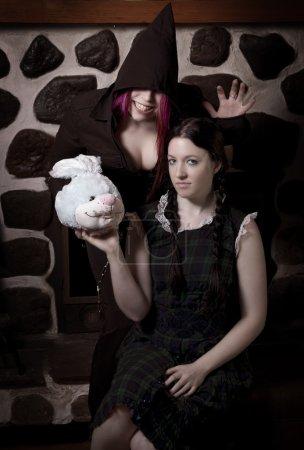 Photo pour Jeune fille sous l'influence d'un esprit maléfique, tenant la tête sanglante d'un lapin en peluche bleue - image libre de droit