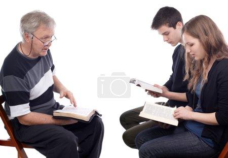 Photo pour Pasteur explique la volonté de Dieu à un jeune couple futur - image libre de droit