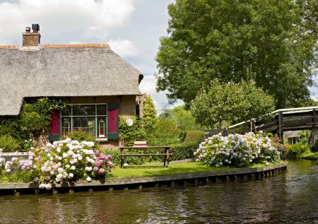 Foto de Casa con techo de paja cerca del canal de Giethoorn - Imagen libre de derechos