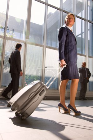 Photo pour Femme d'affaires avec chariot - image libre de droit