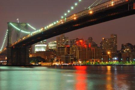 Photo pour Le pont de brooklyn scintillantes dans la nuit. - image libre de droit