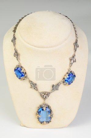Photo pour Un collier avec coquille exposée - image libre de droit
