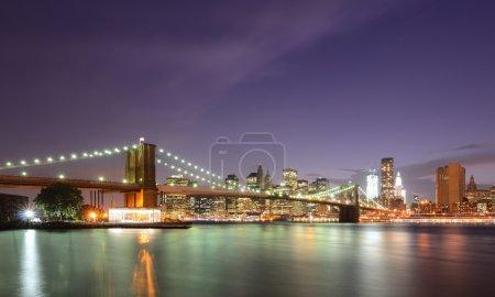 Photo pour Pont de Brooklyn et inférieur gratte-ciel de manhattan à new york city. - image libre de droit