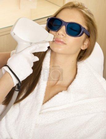Photo pour Épilation au laser dans un studio de beauté professionnel. salon de beauté - image libre de droit