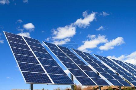 Foto de Paneles solares sobre cielo azul - Imagen libre de derechos