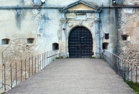 Photo pour Vue du soir de la porte d'entrée du château de Svirj (oblast de Lviv, Ukraine. Construit au XV-XVII siècle .) - image libre de droit