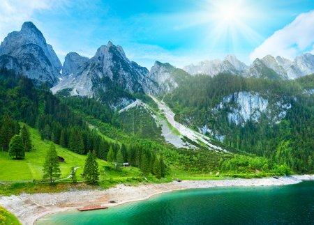 Photo pour Bel été montagne alpine vue sur le lac et le soleil dans le ciel - image libre de droit