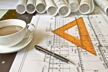 Photo pour Plan architectural, projet technique, dessin de lettres techniques, gros plan, architecte au travail, pose de diviseur sur le plan architectural, planification de l'aménagement intérieur - image libre de droit