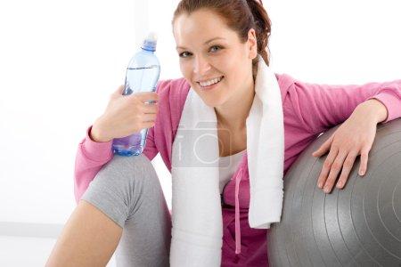 Photo pour Femme de remise en forme, vous détendre tenue sportive de boule bouteille d'eau - image libre de droit