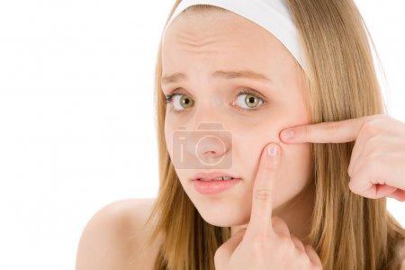 Photo pour Acné soin du visage adolescent femme appuyant sur le bouton sur blanc - image libre de droit