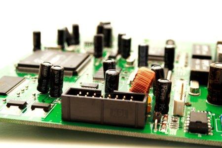 Foto de transistors de carte de circuit informatique vert