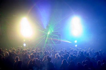 Photo pour L'artiste à une rave disco dj - image libre de droit