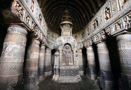 Photo pour Grotte Ajanta avec statue de Bouddha à l'intérieur dans le Maharashtra, Inde - image libre de droit