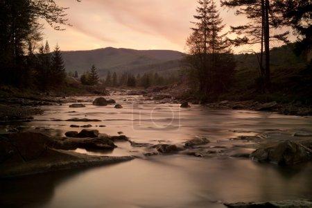 Photo pour Paysage de rivière belle pendant le coucher du soleil. horizontal - image libre de droit