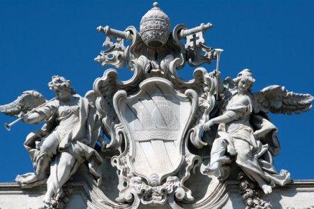 Photo pour Statue d'anges à Rome en fontana trevi - image libre de droit