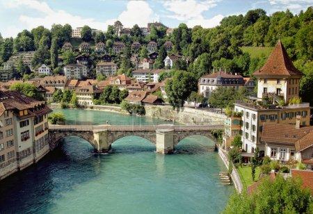 Photo pour Maisons médiévales qui bordent les rives de l'AAR à Berne (patrimoine unesco), la capitale de la Suisse. - image libre de droit