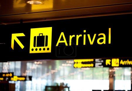 Photo pour Panneau d'information de l'aéroport d'arrivée très lumineux - image libre de droit