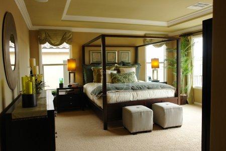 Photo pour Chambre des maîtres de luxe lumineuse et lumineuse avec plafond à double plateau . - image libre de droit