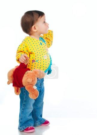 Photo pour Petit enfant jouant avec des jouets colorés sur un fond blanc - image libre de droit