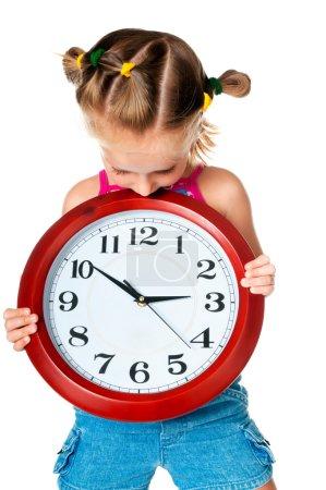 Photo pour Petite fille jolie avec rouge grande horloge - image libre de droit