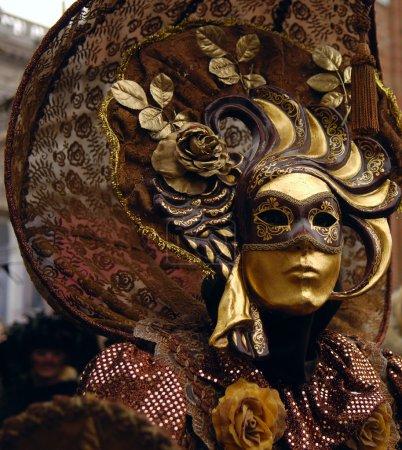 Photo pour VENISE - 17 FÉVRIER : Le Carnaval de Venise est un festival annuel qui commence environ deux semaines avant le Mercredi des Cendres et se termine le mardi saint ou Mardi Gras à - image libre de droit