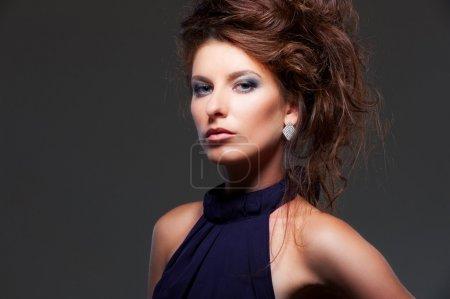 Photo pour Portrait de gracieuse jeune femme avec coiffure sur fond sombre - image libre de droit