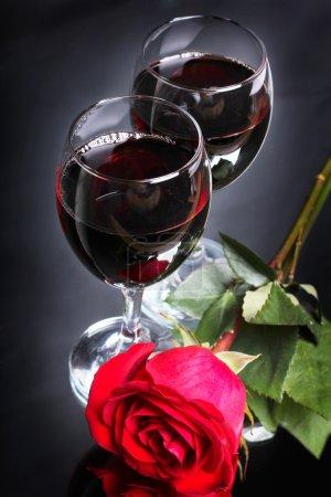 Photo pour Deux gobelets de vin avec une rose - image libre de droit