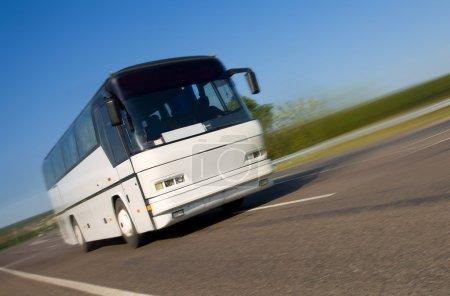 Photo pour Bus touristique voyageant sur une autoroute - image libre de droit