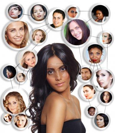 Photo pour Belle femme aux cheveux bouclés noir, tannées peau et maquillage naturel sur fond blanc avec le réseau social des jeunes pairs amis hommes et femmes. - image libre de droit