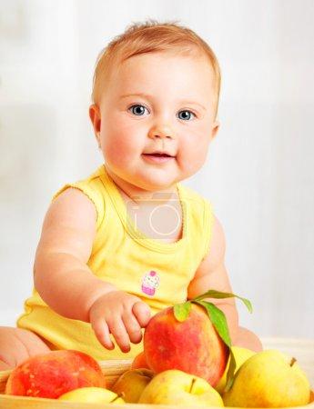 Photo pour Petit bébé choisissant des fruits, portrait rapproché, concept de soins de santé & nutrition saine de l'enfant - image libre de droit