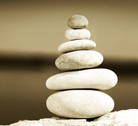 Photo pour Pierres d'équilibre zen sépia tonique, image conceptuelle de détente & vacances - image libre de droit