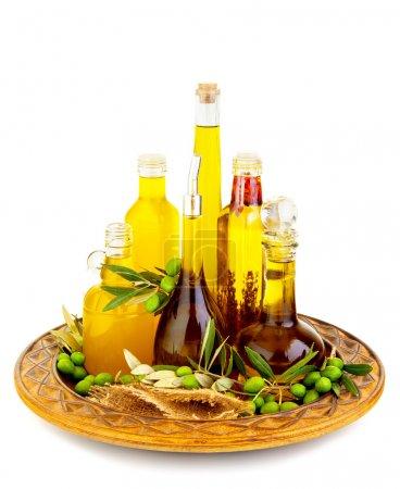 Photo pour Variété d'un bidons d'huiles d'olive avec fruits d'olives vertes, isolés sur fond blanc, des aliments sains, cousine italienne traditionnelle - image libre de droit