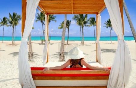 Photo pour Belvédère plage tropicale femme vue arrière mer station tropicale - image libre de droit