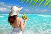 Kokos čerstvý koktejl profil pláž žena pít